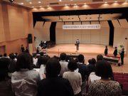 若い卒業生による指揮・伴奏での第一校歌、第二校歌の斉唱