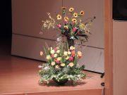 華道部の生徒さんが毎年ステージをお花で飾ってくれます